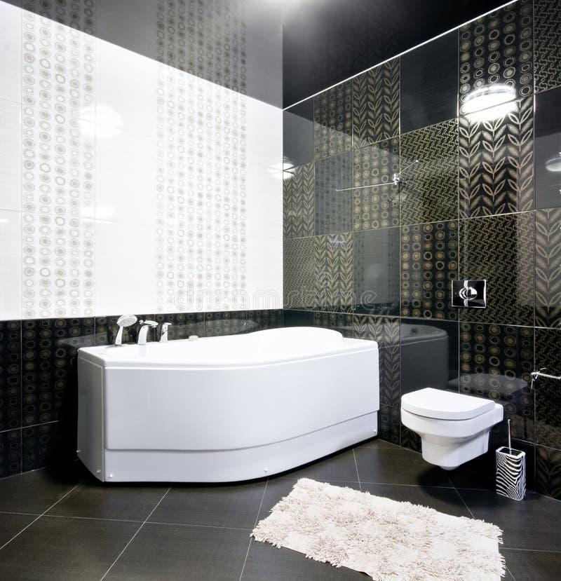 Interior preto e branco do banheiro fotos de stock