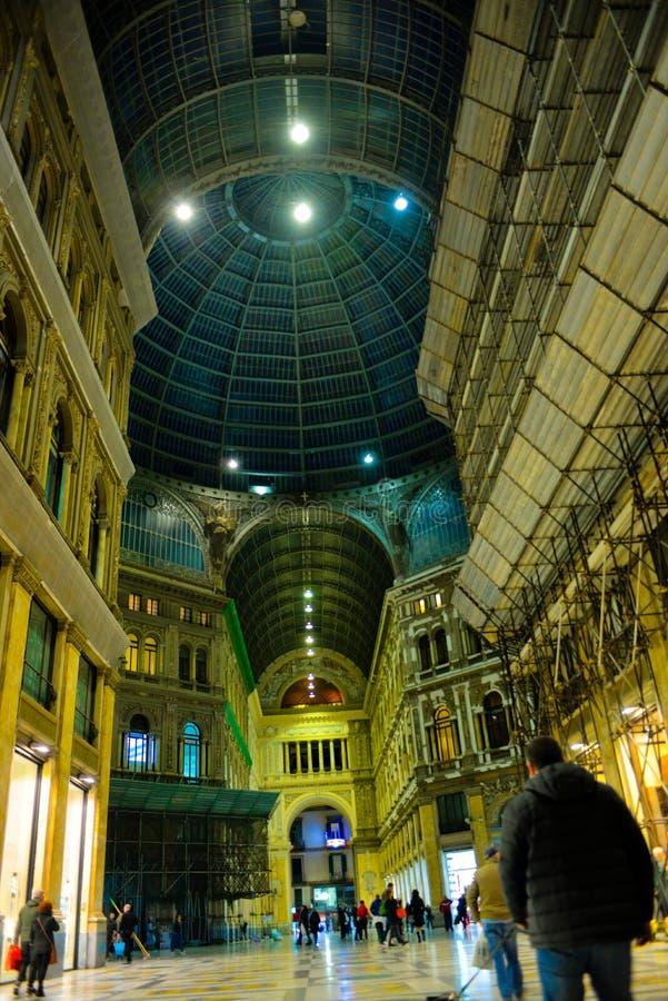 Interior que hace compras de Nápoles, galería Umberto I, viaje Italia foto de archivo