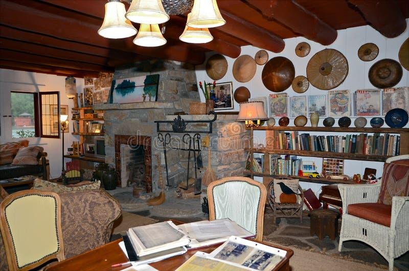 Interior rústico casero con las antigüedades fotografía de archivo libre de regalías