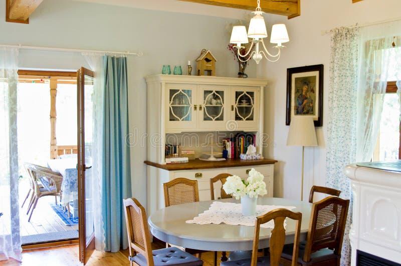Interior rústico del comedor y de la cocina del hogar polaco rural foto de archivo libre de regalías