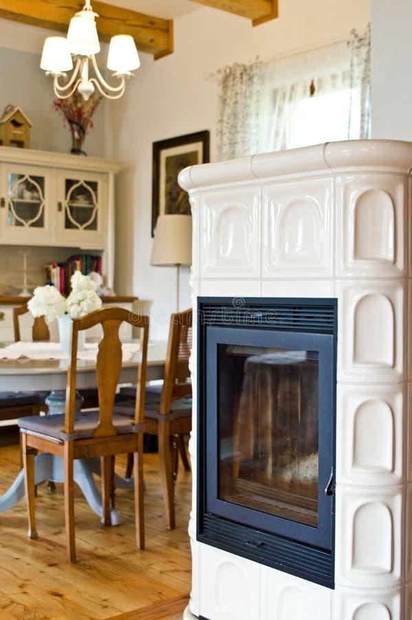 Interior rústico del comedor y de la cocina del hogar polaco rural fotos de archivo libres de regalías