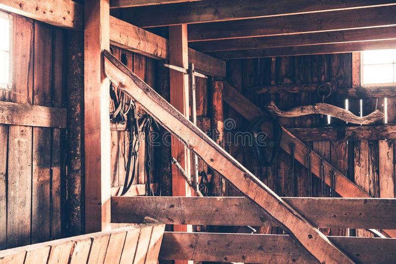 Interior rústico del granero fotografía de archivo libre de regalías