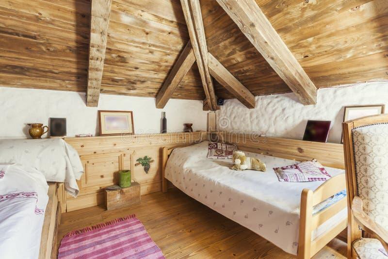 Interior rústico do quarto da casa da montanha imagens de stock