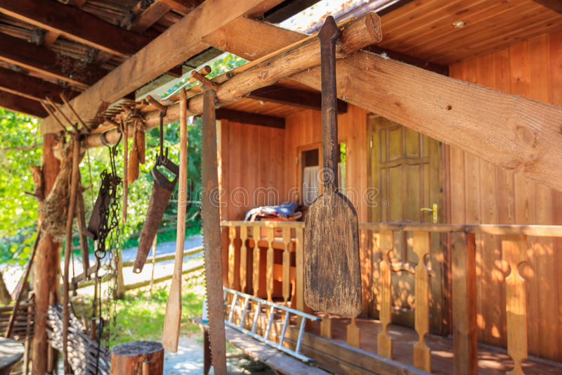 Interior rústico em uma casa de madeira fotos de stock
