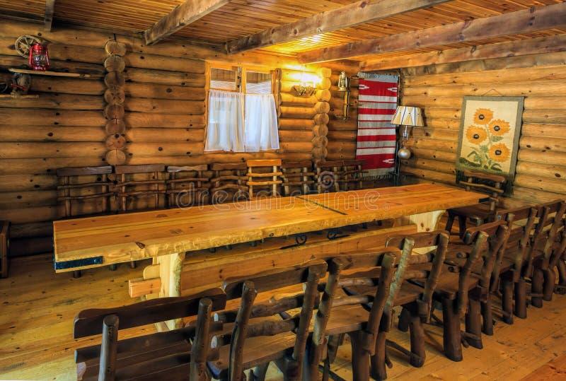 Interior rústico em uma casa de madeira imagens de stock