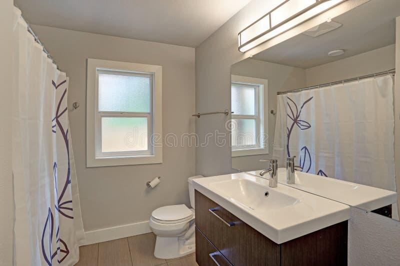 Interior recentemente renovado do banheiro imagem de stock royalty free