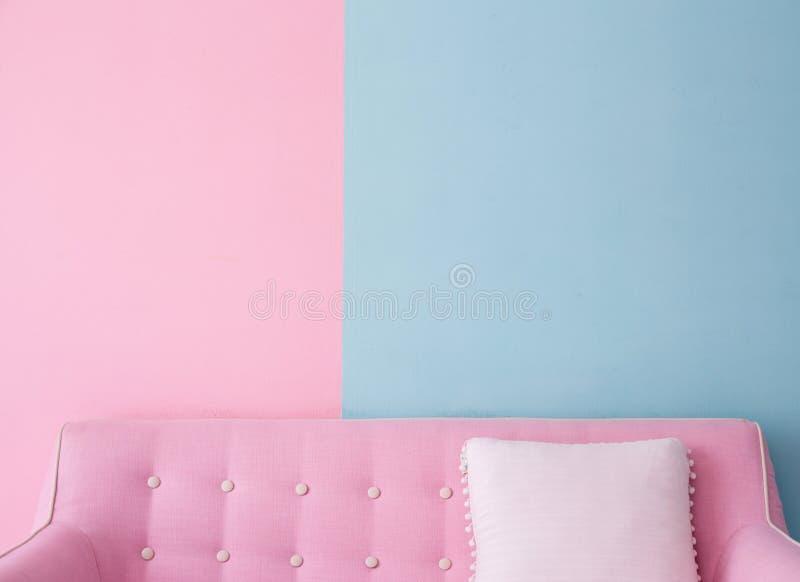 Interior residencial de los muebles del sofá y de la almohada de la sala de estar moderna en pastel del estilo imágenes de archivo libres de regalías