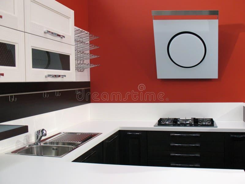 Interior rojo de la cocina foto de archivo libre de regalías