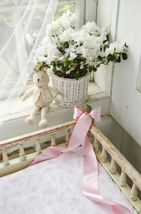 Interior romántico de la casa rural vieja imagenes de archivo