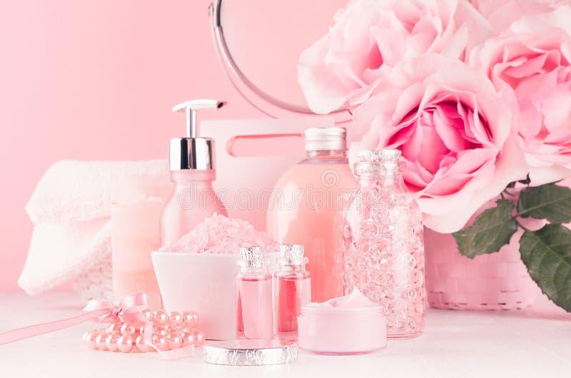 Interior romántico del cuarto de baño en - flores, espejo redondo, accesorios del baño, productos cosméticos - la crema rosada, c imagenes de archivo