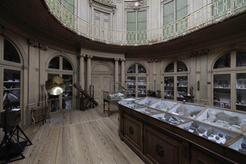 Interior romântico com ferramentas e os cristais científicos foto de stock