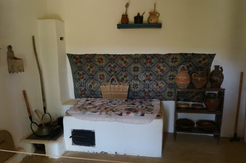 Interior rumano tradicional de la casa foto de archivo
