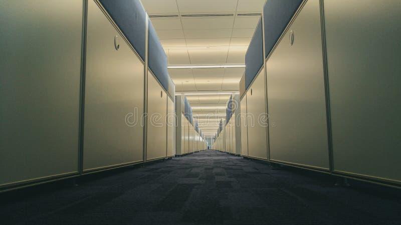 Interior simétrico de la oficina con el pasillo largo imagenes de archivo