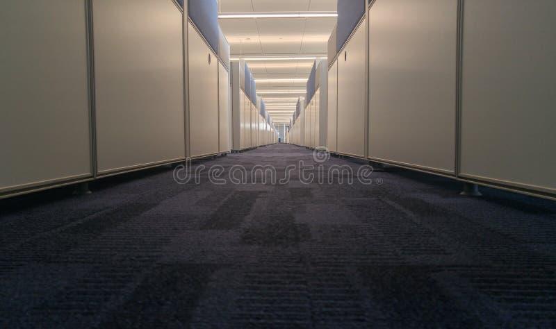 Interior simétrico de la oficina con el pasillo largo fotos de archivo libres de regalías
