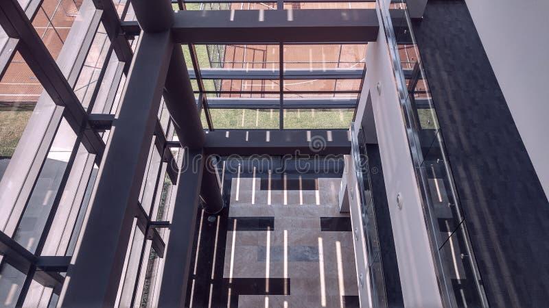 Interior simétrico de la oficina con el pasillo largo fotos de archivo