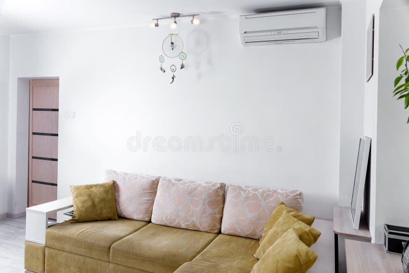 Interior simple moderno en apartamentos ligeros Interior de la sala de estar fotografía de archivo libre de regalías