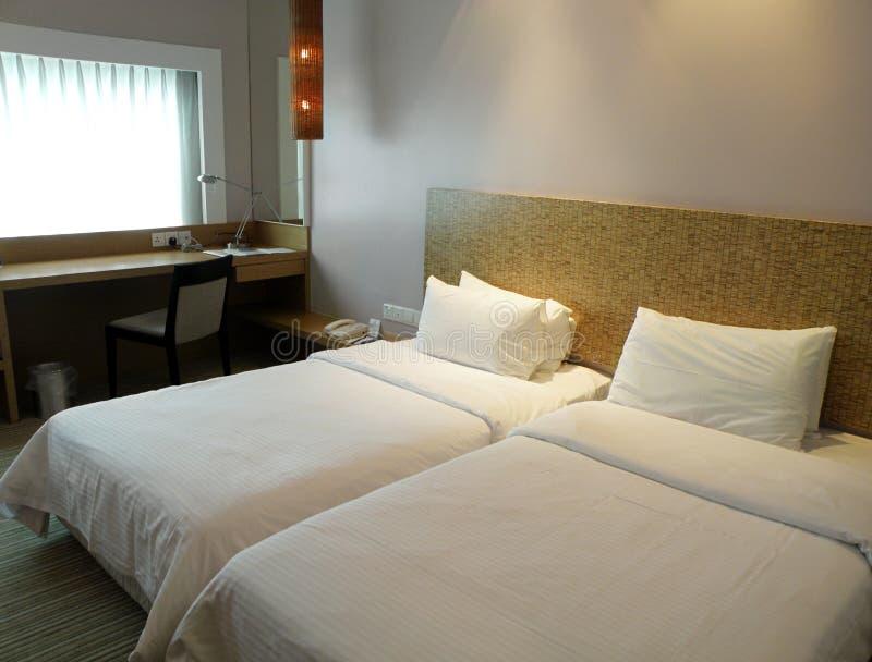 Interior simples do quarto de hotel foto de stock