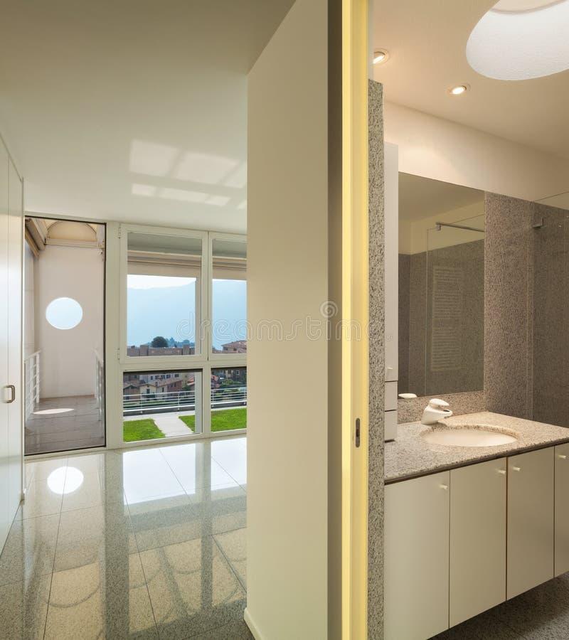 Interior, sitio con el cuarto de baño imagen de archivo
