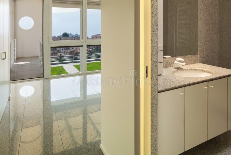 Interior, sitio con el cuarto de baño imágenes de archivo libres de regalías