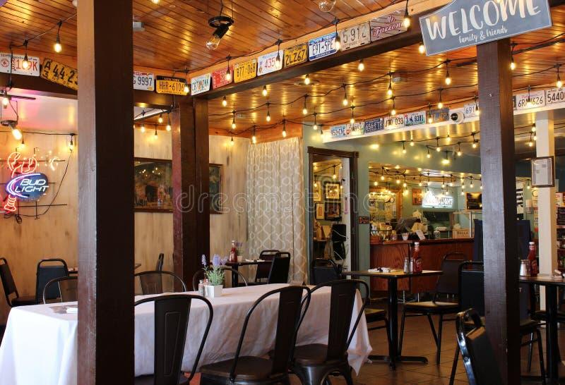 Interior suavemente iluminado de comidas populares, Eddie F's, Saratoga Springs New York, 2018 foto de stock royalty free