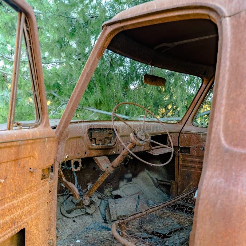 Interior sujo e oxidado de um veículo abandonado foto de stock