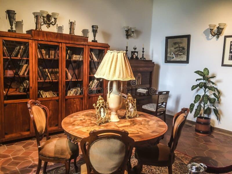 Interior, tabla, lámpara, estante para libros imágenes de archivo libres de regalías