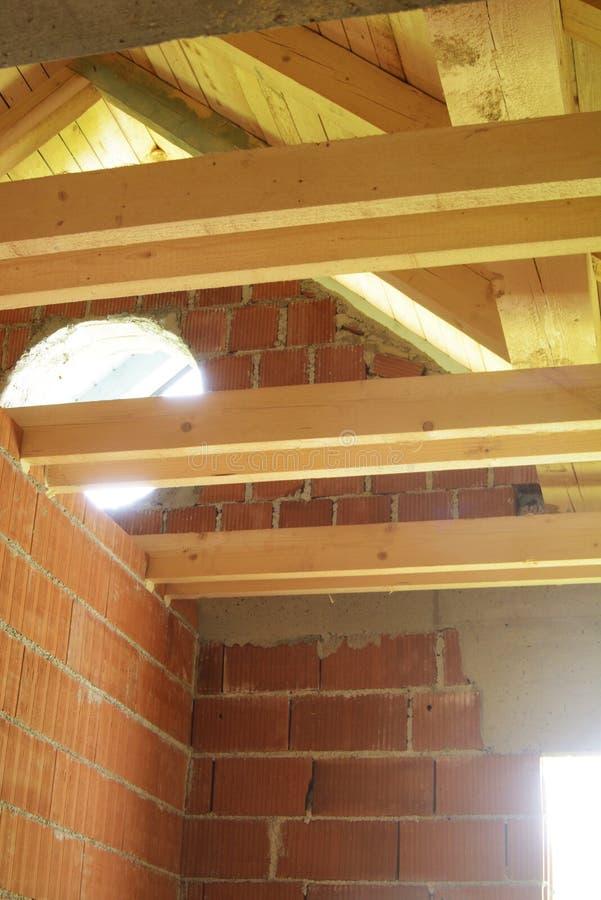 Interior telhando de madeira da construção com paredes foto de stock royalty free