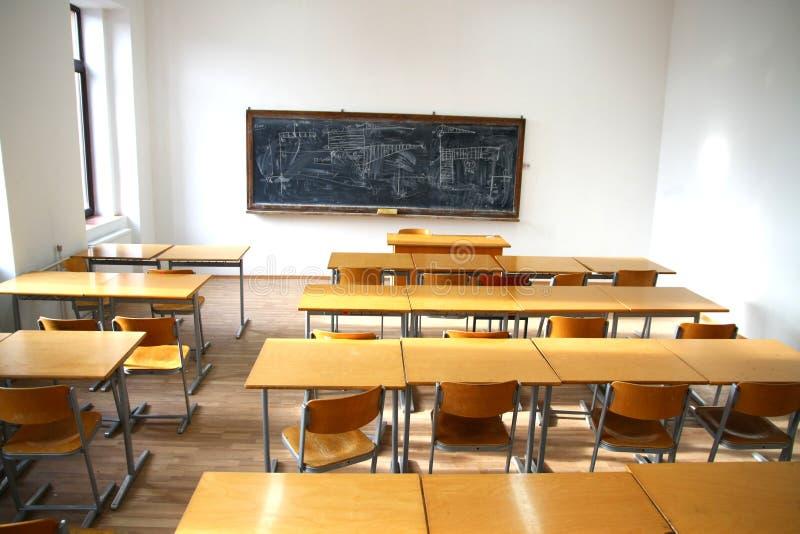 Interior tradicional de la sala de clase con la pizarra fotos de archivo