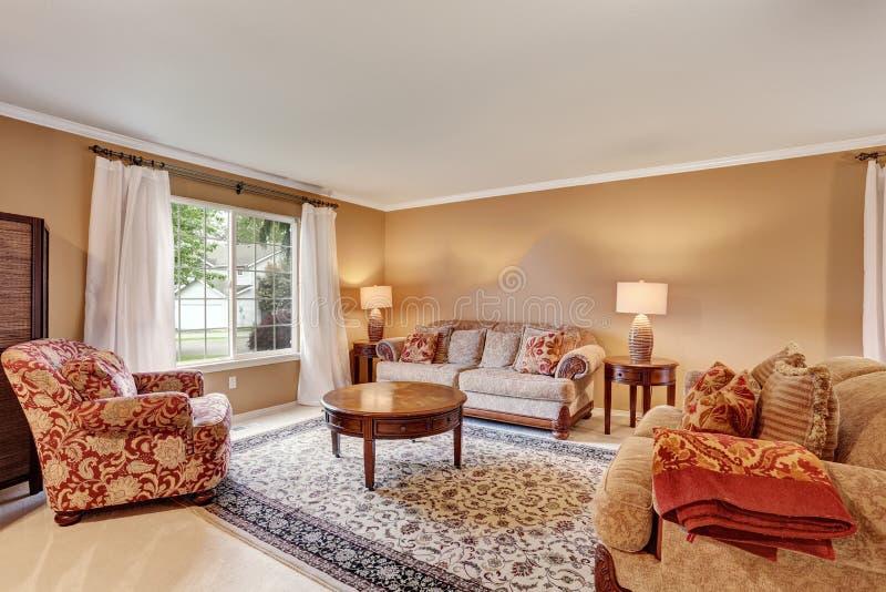 Interior tradicional de la sala de estar con las paredes for Decoracion de paredes de sala
