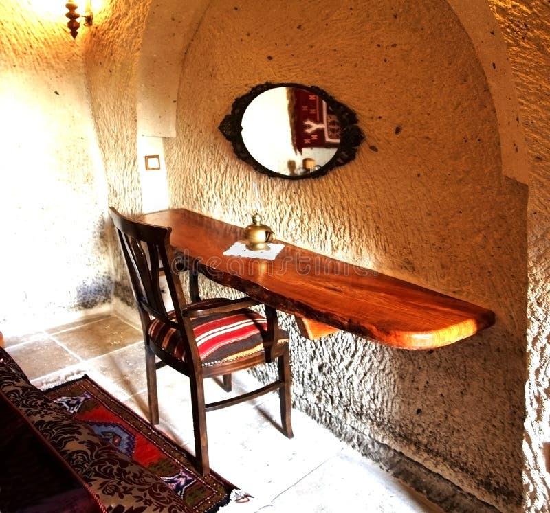 Interior turco, quarto com cadeira e mesa fotografia de stock royalty free