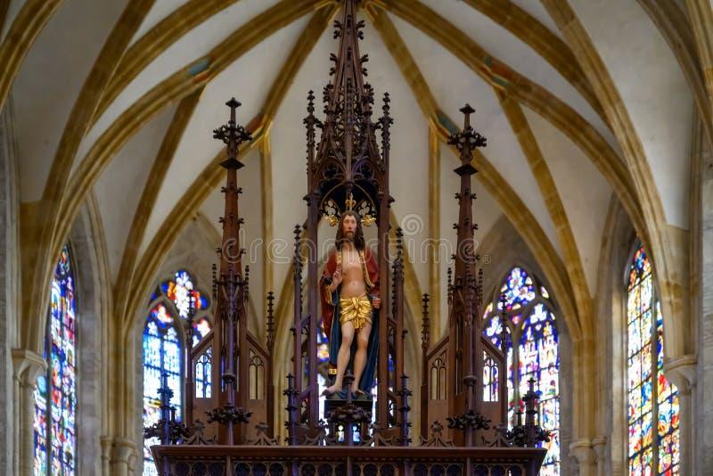 Interior Ulm Minster com cofre e janelas de vidro manchadas atrás de Jesus, Catedral Ulm Ulm, Baden-Wueremberg, Alemanha imagens de stock
