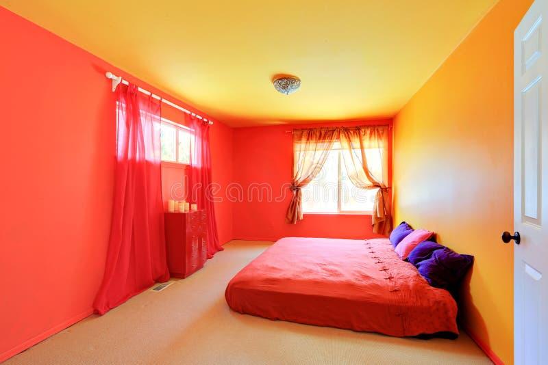Interior vívido brilhante do quarto das cores imagem de stock