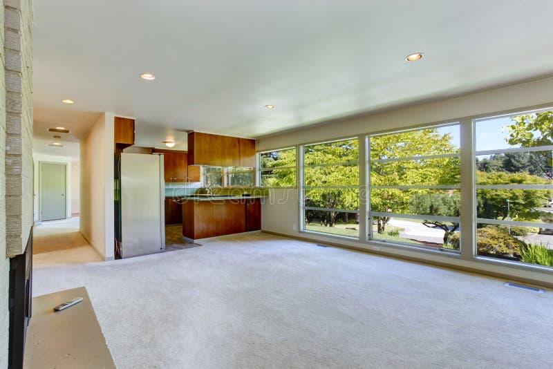Interior vacío de la casa con la planta diáfana Sala de estar con el kitc foto de archivo