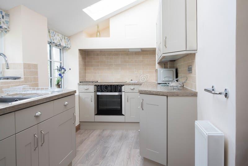 Interior vacío de la cocina moderna en hogar fotografía de archivo