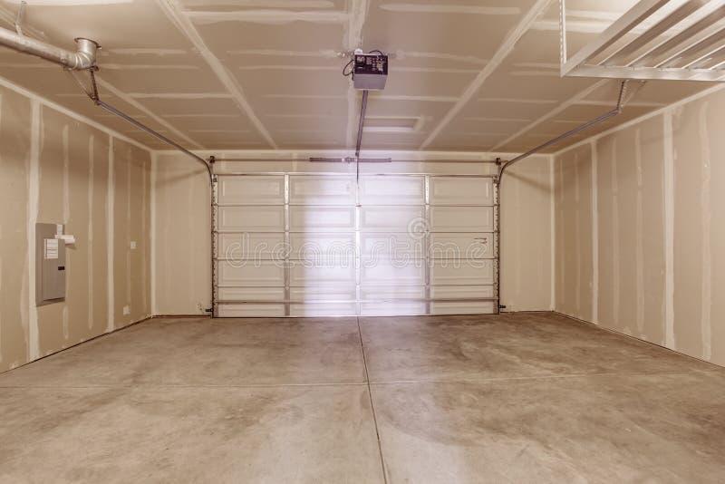 Interior vacío del garaje imagenes de archivo