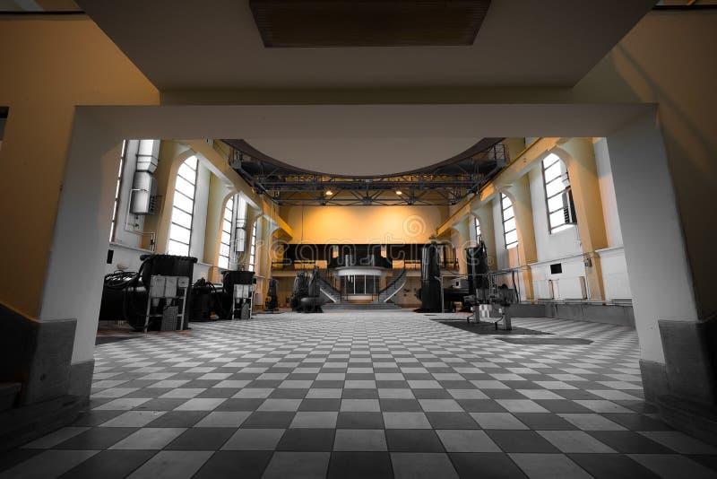 Interior vazio abandonado velho da construção industrial imagens de stock royalty free
