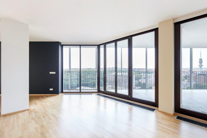 Interior vazio branco moderno do apartamento do sótão com o assoalho de parquet com coluna preta e as janelas panorâmicos, neglig imagem de stock royalty free