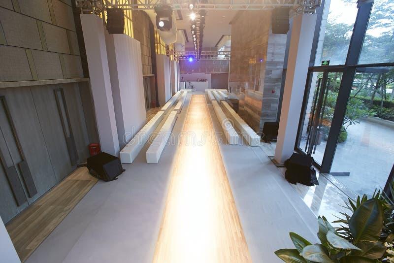 Interior vazio da pista de decolagem do desfile de moda foto de stock royalty free