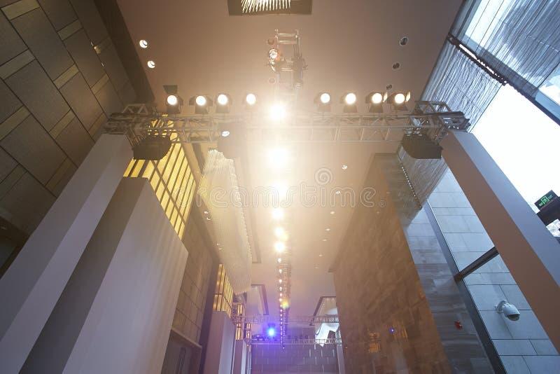 Interior vazio da pista de decolagem do desfile de moda imagens de stock