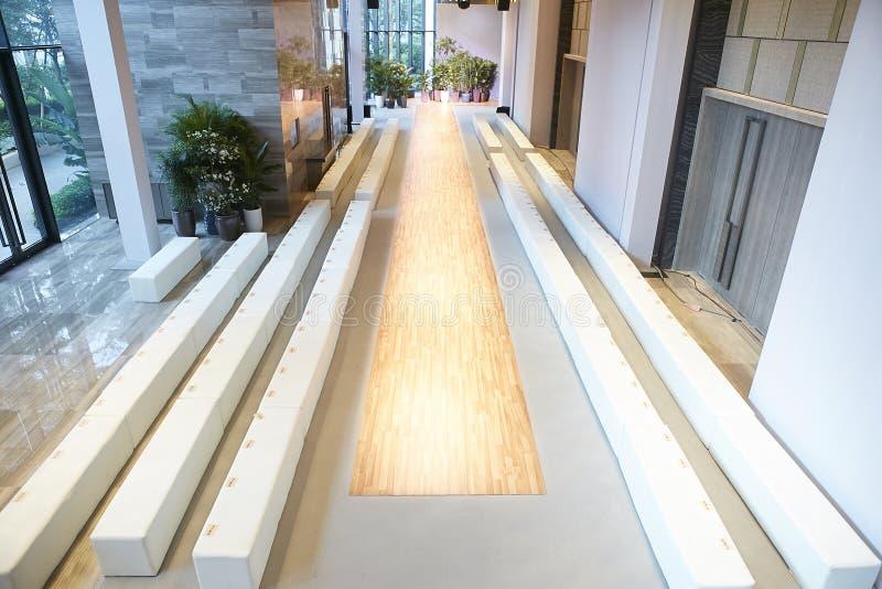 Interior vazio da pista de decolagem do desfile de moda imagens de stock royalty free
