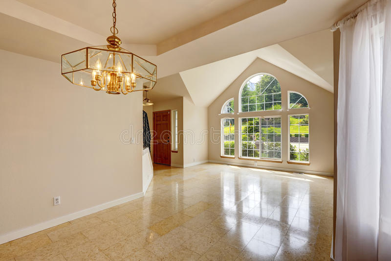Interior vazio moderno da casa com o assoalho de telha de mármore fotos de stock