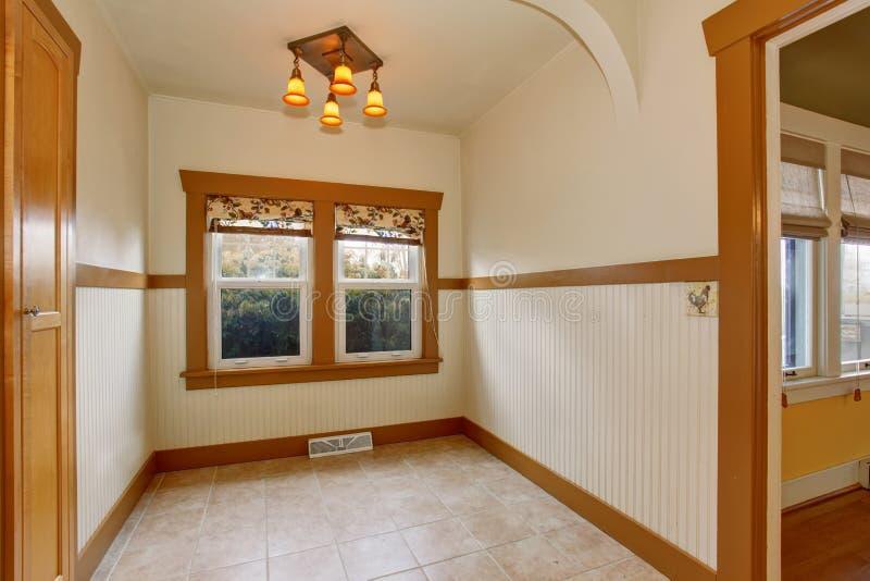 Interior vazio pequeno da sala de jantar na casa velha do estilo do artesão fotos de stock