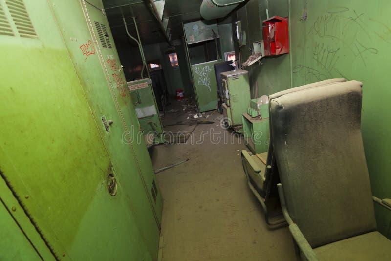 Interior velho abandonado do trem imagens de stock