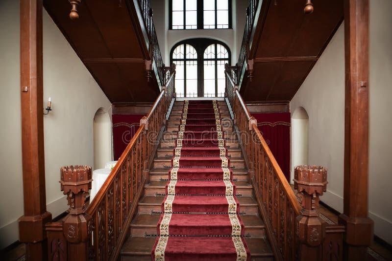 Interior velho do palácio - escadas de madeira fotografia de stock royalty free