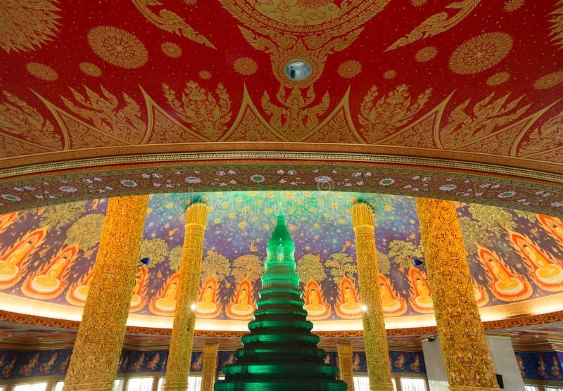 Interior verde de la pagoda en el templo de Wat Paknam Buddhism en Tailandia imágenes de archivo libres de regalías