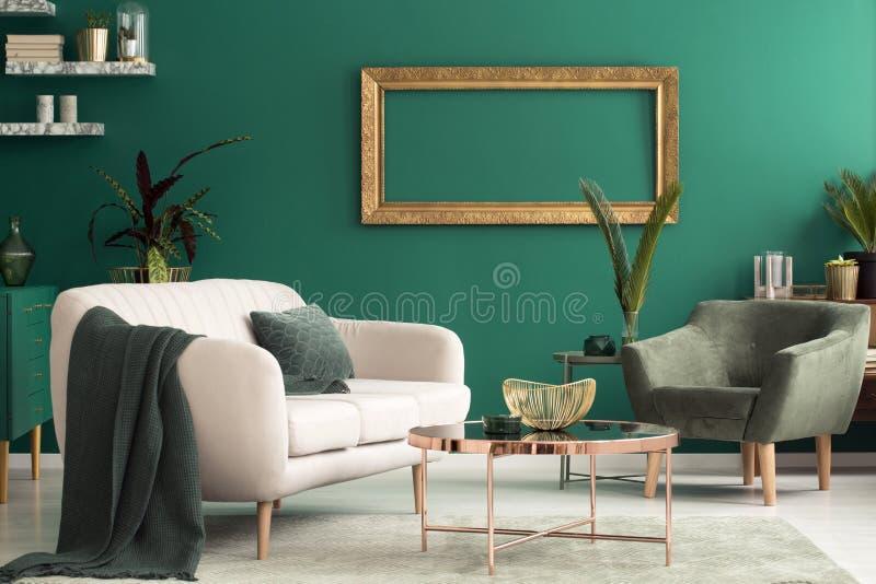 Interior verde de la sala de estar imagen de archivo