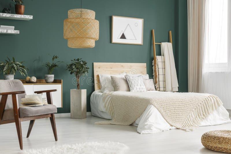 Interior verde del dormitorio imagen de archivo libre de regalías