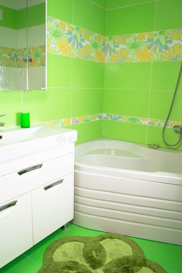 Interior verde do banheiro Banho de canto fotografia de stock