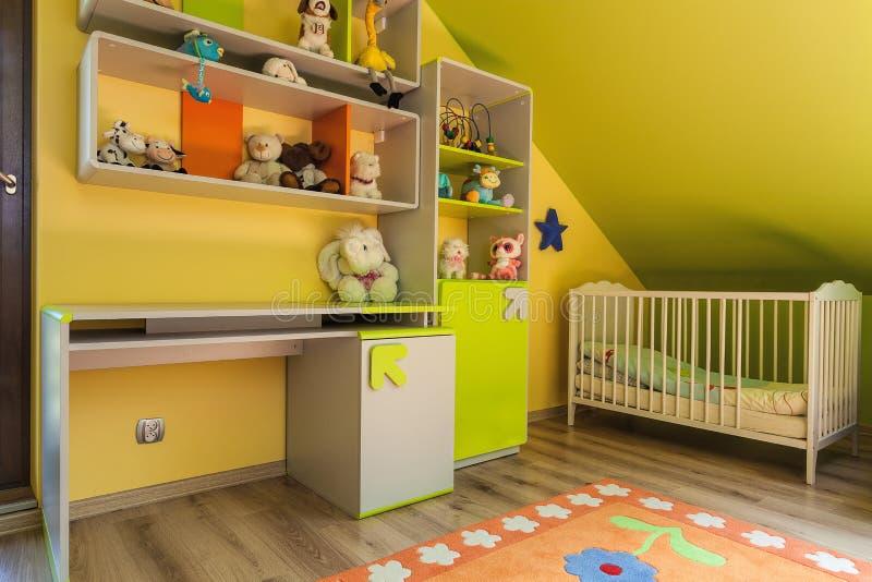 Interior verde e amarelo do apartamento urbano - fotografia de stock royalty free