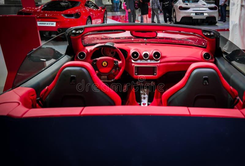 Interior vermelho bonito automobilístico de Ferrari Ferrari dos esportes luxuosos convertíveis épicos foto de stock